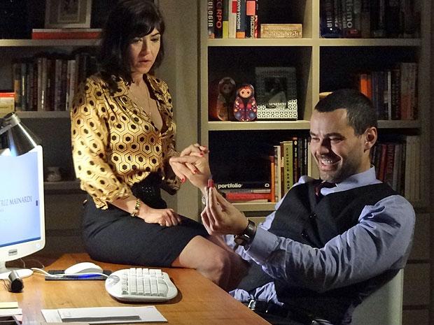 Fernando exibe pen drive usado para coletar informações do computador (Foto: Amor Eterno Amor/TV Globo)