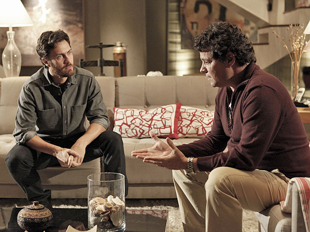 Rodrigo revela a Gabriel que já não acredita mais ser o pai do filho de Valéria (Foto: Amor Eterno Amor/TV Globo)