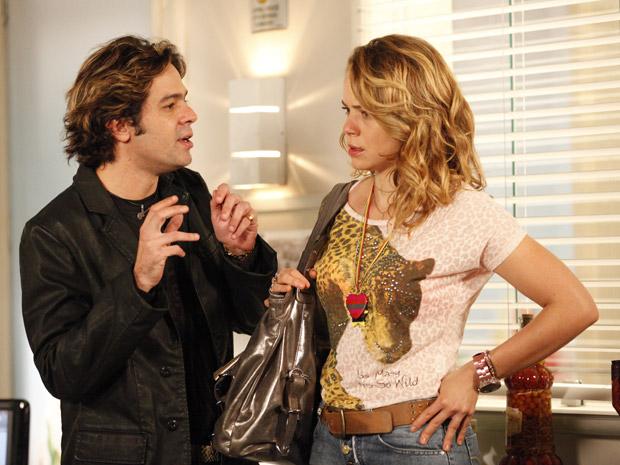 Conversa mole: Tom Bastos tenta convencer Rosário a ajudar Chayene (Foto: Cheias de Charme/TV Globo)