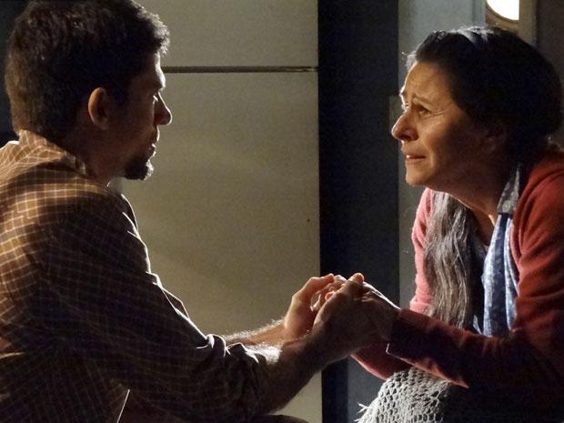 Angélica implora a Zenóbio para ele ajudá-la a fugir (Foto: Amor Eterno Amor/TV Globo)