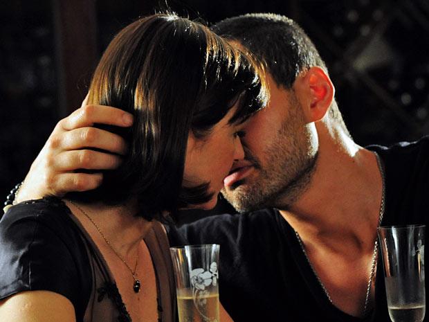 Regina não resiste e se entrega à paixão que sente por Fernando (Foto: Amor Eterno Amor/TV Globo)