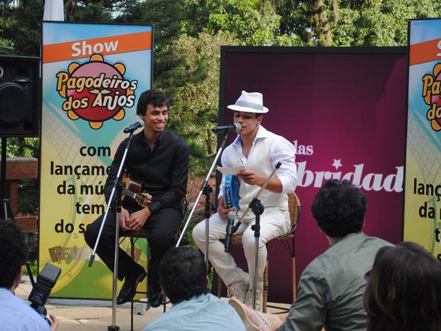 Jefferson lê letra de música que fez para uma pessoa especial (Foto: Malhação / TV Globo)