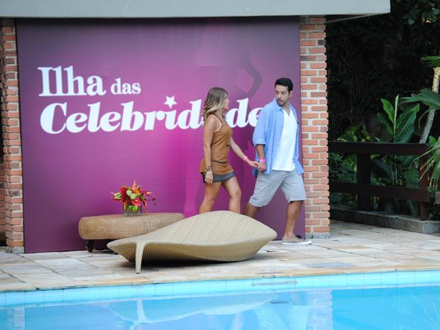 Maria vai para os fundos da casa com do diretor de cinema (Foto: Malhação / TV Globo)