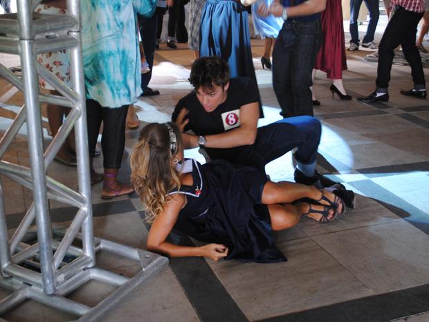 Betão e Maria dançam e caem no chão (Foto: Malhação / TV Globo)