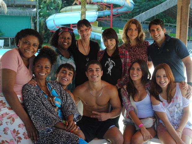 Ingrid, de óculos, cercada por parte do elenco (Foto: Malhação / Tv Globo)