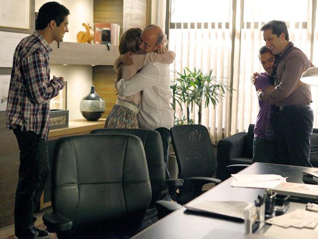 Juliana dá abraço de felicidade no pai (Foto: Amor Eterno Amor / TV Globo)