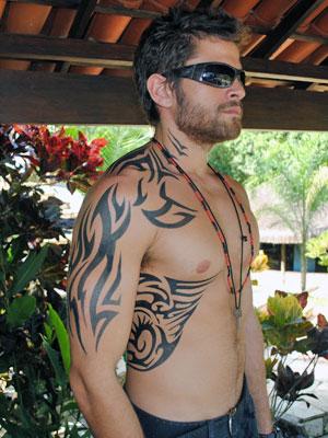 Alejandro Claveaux exibe a tatuagem completa de seu personagem, Moisés (Foto: Malhação / Tv Globo)