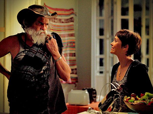 Para garantir que seu segredo não seja revelado, Nina faz questão de tratar Nilo cheio de mimos (Foto: Avenida Brasil/ TV Globo)