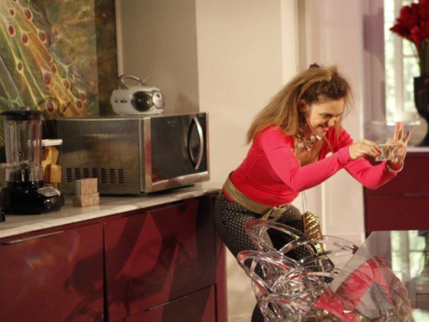 Que maluca! Socorro faz pose com o micro-ondas. Só internando... (Foto: Cheias de Charme / TV Globo)