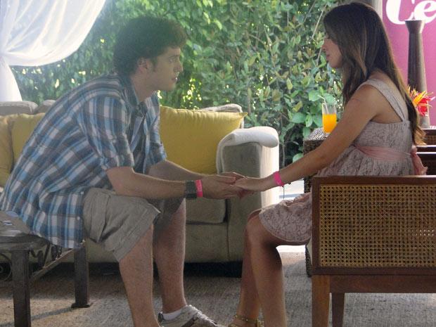 gabriel e Cristal conversam sobre a visita de Teresa na casa dele. A menina mente de novo (Foto: Malhação / Tv Globo)