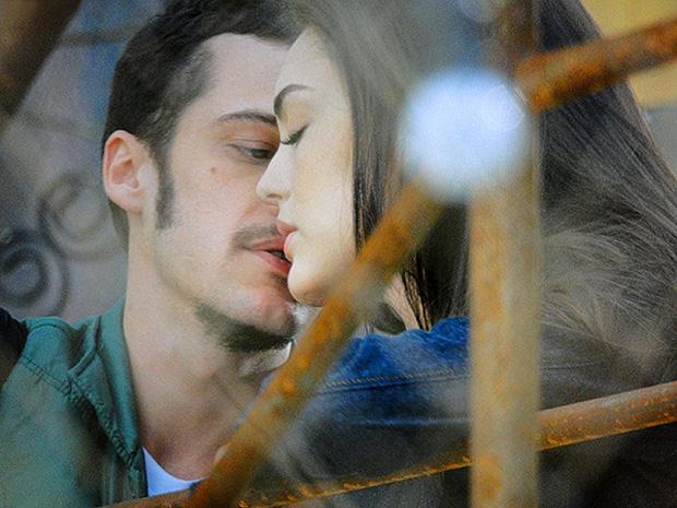 Rodinei tenta beijar Cida, mas leva toco da gata (Foto: Cheias de Charme/TV Globo)