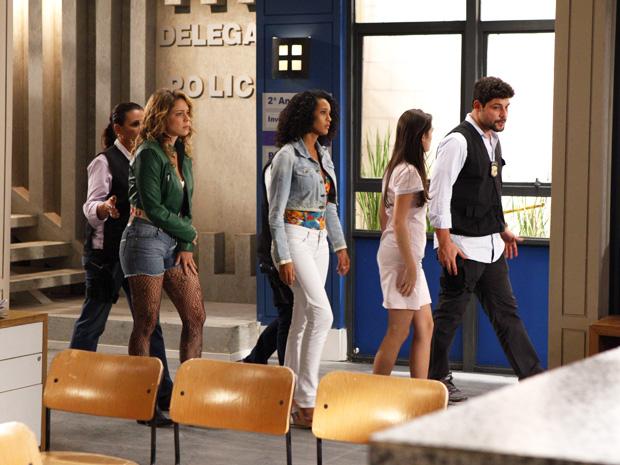 Rosário, Penha e Cida são encaminhadas para a cela (Foto: Cheias de Charme/TV Globo)
