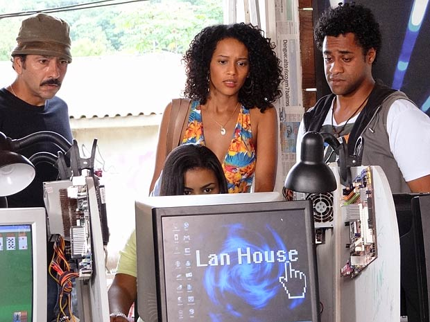 Fama à vista? Penha descobre que virou hit na internet (Foto: Cheias de Charme / TV Globo)