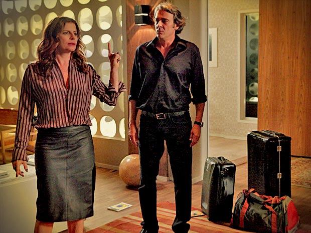 Verônica manda Cadinho ir embora de sua casa de mala e cuia (Foto: Avenida Brasil/TV Globo)
