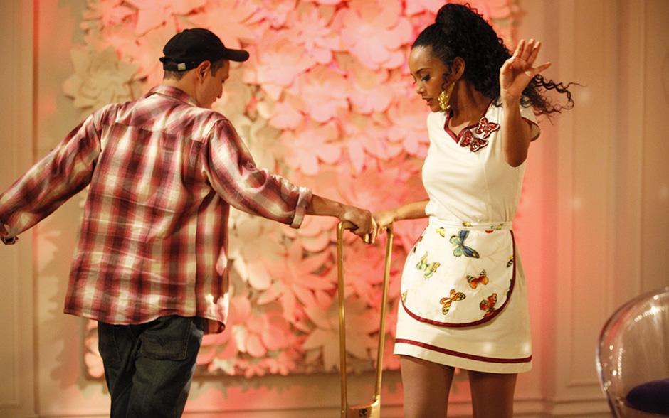 O coreógrafo Fly ensina o passinho para Taís