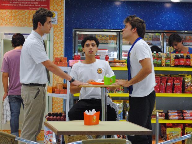 Guido diz a Betão se afastar de Babi. O lutador não gosta e já quer brigar (Foto: Malhação / Tv Globo)