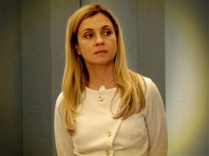 Carminha acha que o filho está novamente se encontrando com Rita e a persegue (Foto: Avenida Brasil/ TV Globo)