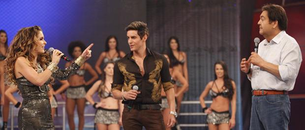 Chay e Fabian são muito bem recebidos por Faustão (Foto: Cheias de Charme / TV Globo)