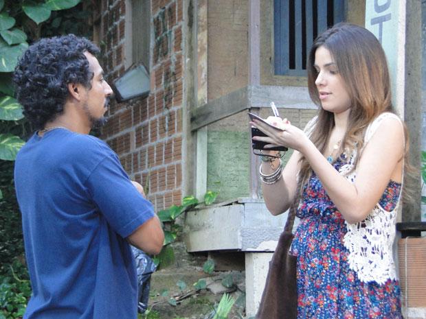 Cristal deixa o telefone dela com o ex-capanga de Moisés e pede informações em troca de dinheiro (Foto: Malhação / Tv Globo)