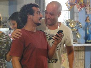 Carcará e Sabiá roubam o celular de Fôjo (Foto: Malhação / Tv Globo)