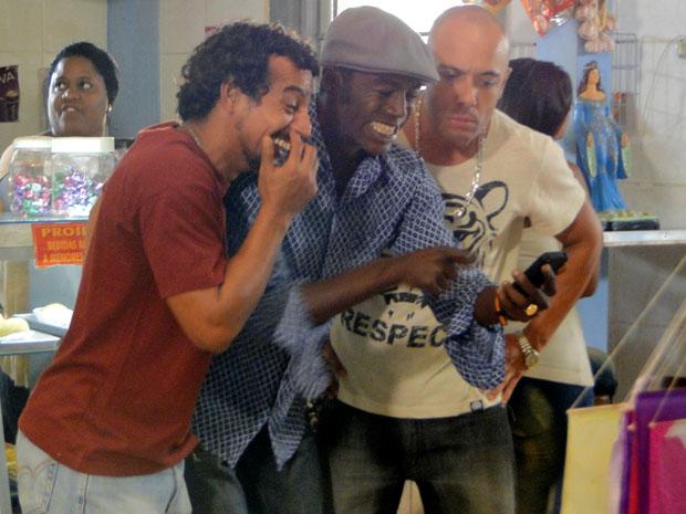 Fôjo mostra o celular com fotos de Maria para Carcará e Sabiá (Foto: Malhação / Tv Globo)