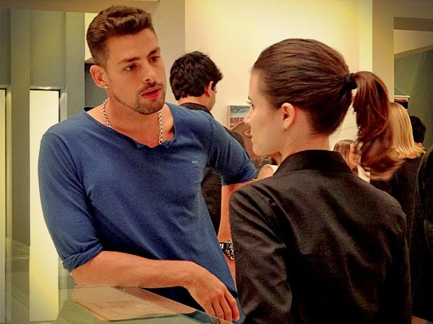 Jorginho tira satisfações com Betânia e ela percebe a presença de Carminha (Foto: Avenida Brasil/ TV Globo)