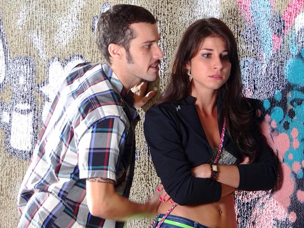 Rodinei não acredita que Brunessa está grávida (Foto: Cheias de Charme/TV Globo)