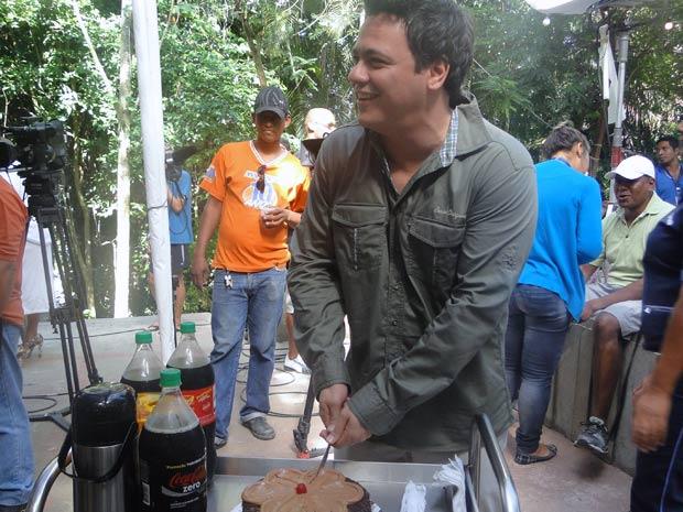 Brincalhão, Danton parte o bolo e oferece o primeiro pedaço para ele mesmo
