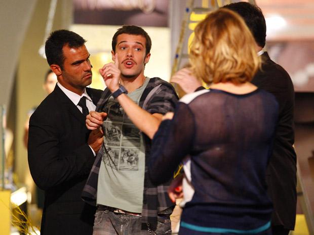 Rodinei é expulso da Galerie ao tentar falar com Sônia, mas consegue trunfo