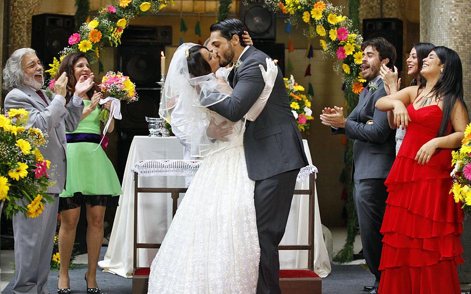 Sob aplausos, Valéria e Josué dão o maior beijão após se casarem