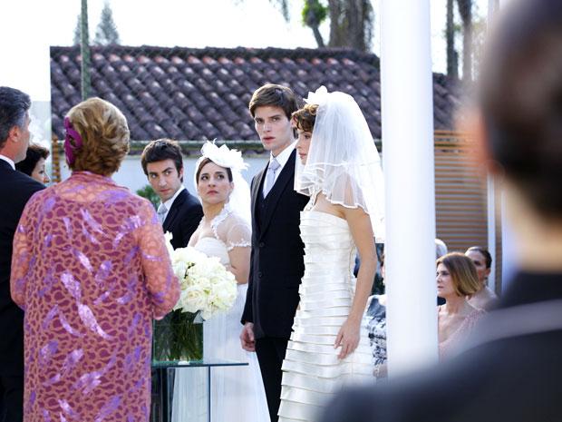 Conrado treme ao olhar para Cida na hora do 'sim' de seu casório