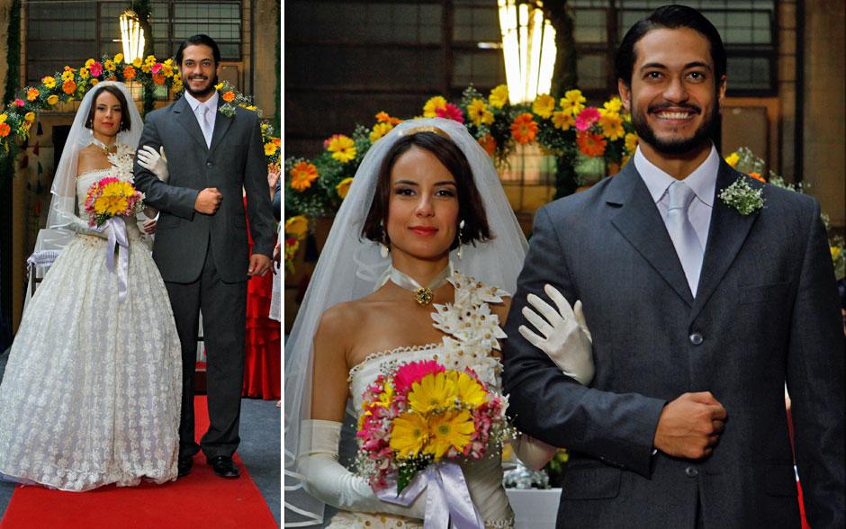 Os noivos! Valéria com o vestido feito por Carmem e bordado por Jacira e Josué de terno escuro