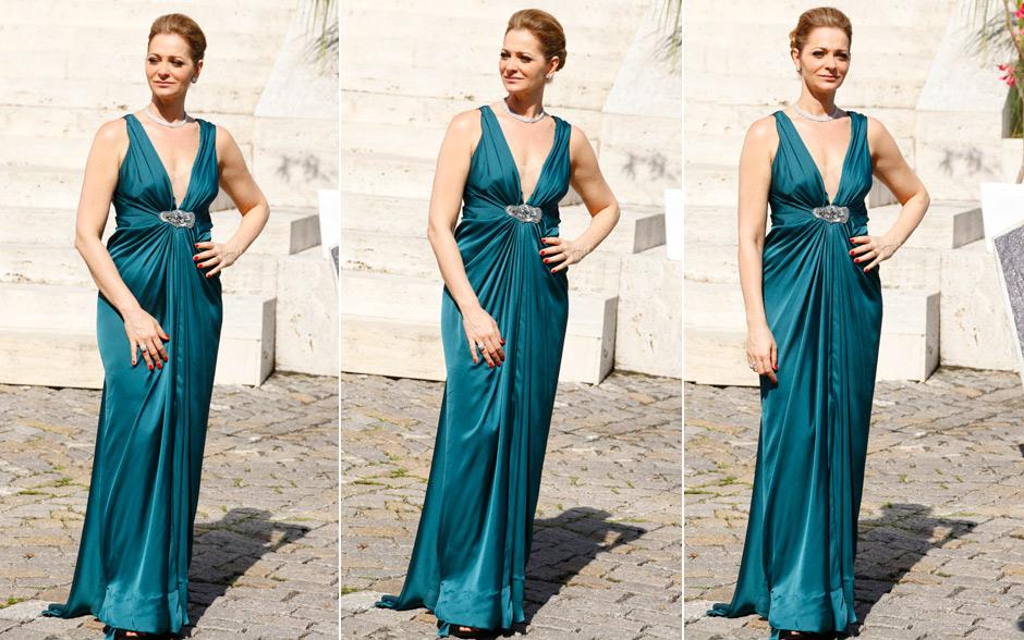 Como mãe das duas noivas, Sônia caprichou na elegância sem ofuscar as filhas. O vestido verde-mar com decote combinou com a elegância da socialite