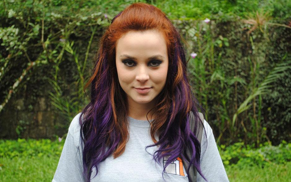 Débora passou por uma megatransformação! A garota fez mechas roxas no cabelo e caprichou no olho preto