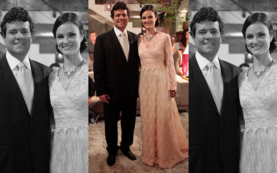 Beatriz exibe um vestido longo de rendas, enquanto Gabriel aposta em uma gravata prata