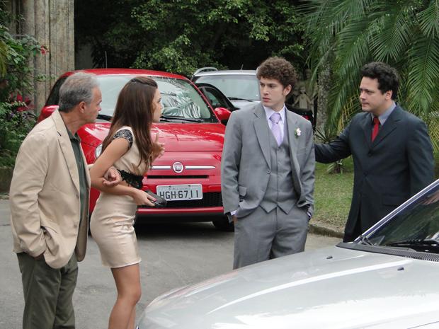 Inconformado, Gabriel não entende porquê Alexia não o procurou antes