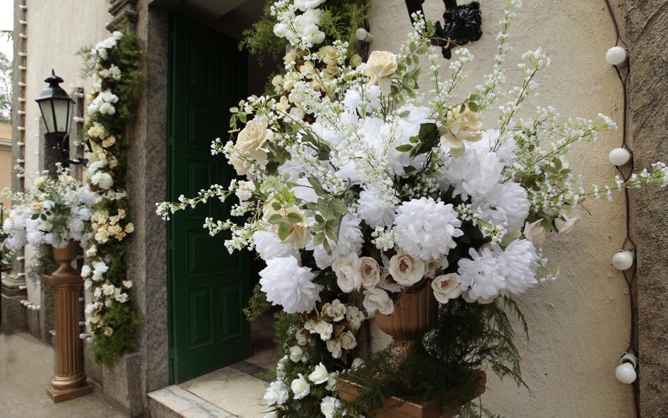 Flores brancas e champagne é o que não falta para enfeitar a entrada da igreja de Ilhéus