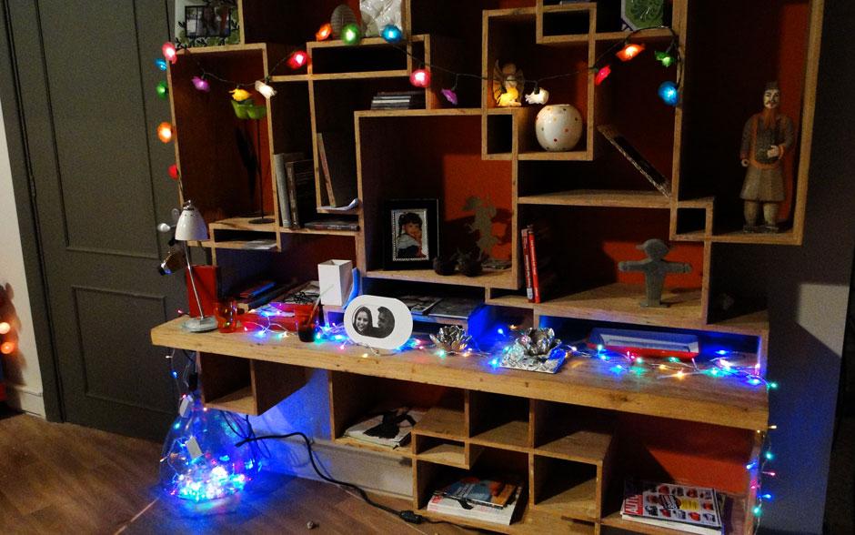 Ju espalhou várias luzes pela casa. Os fios com lâmpadas coloridas deram um up na luz da sala da garota