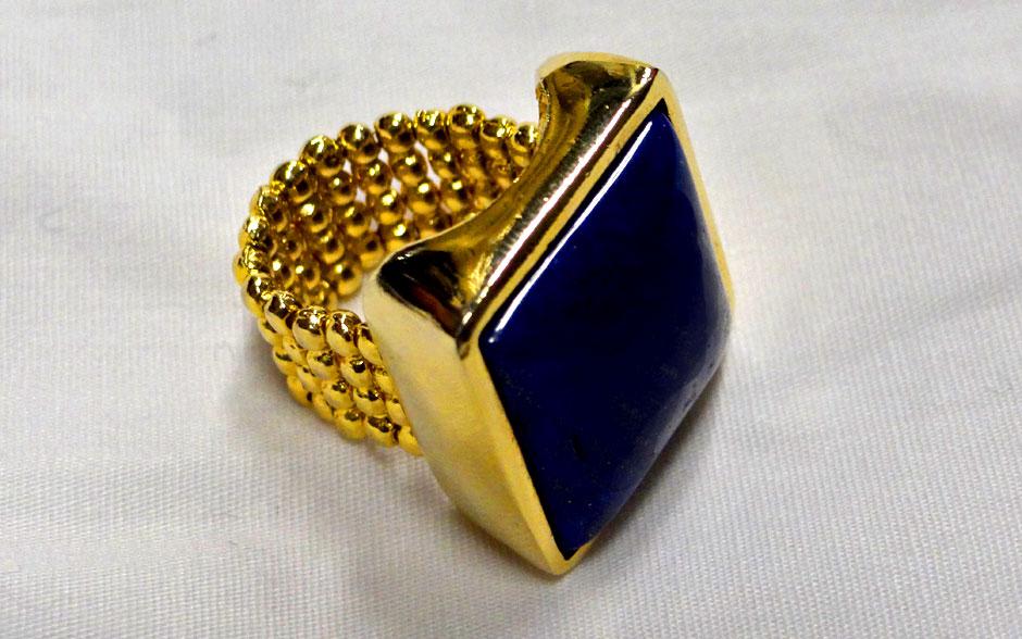 O anel de pedra confere personalidade ao visual de Penha