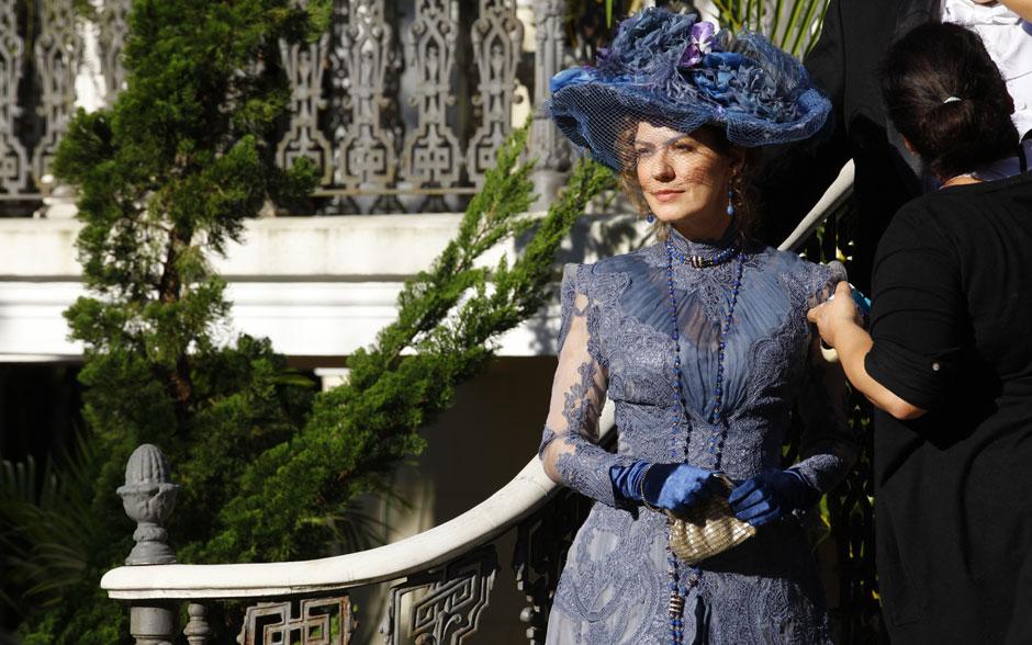 Patrícia Pillar muda o figurino, para mais uma cena como Constância, ex-baronesa