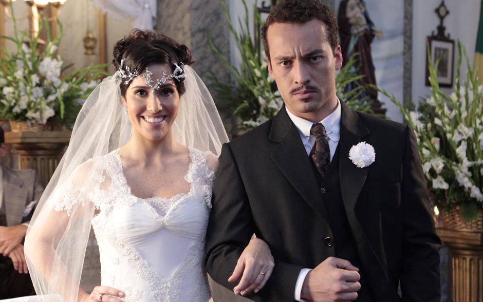 Fernanda e Rodrigo Andrade posam juntos durante as gravações da cena do casamento de Berto e Zuleika