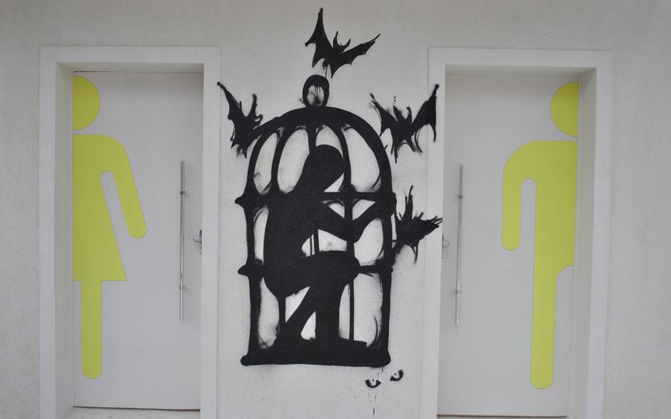 O primeiro grafite de Gil foi feito no Colégio Quadrante e é bem sombrio: um garoto preso em uma gaiola
