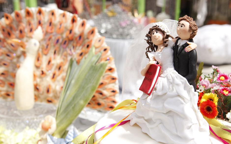 Olha que bonitinhos os noivos Cida e Elano em cima do bolo!