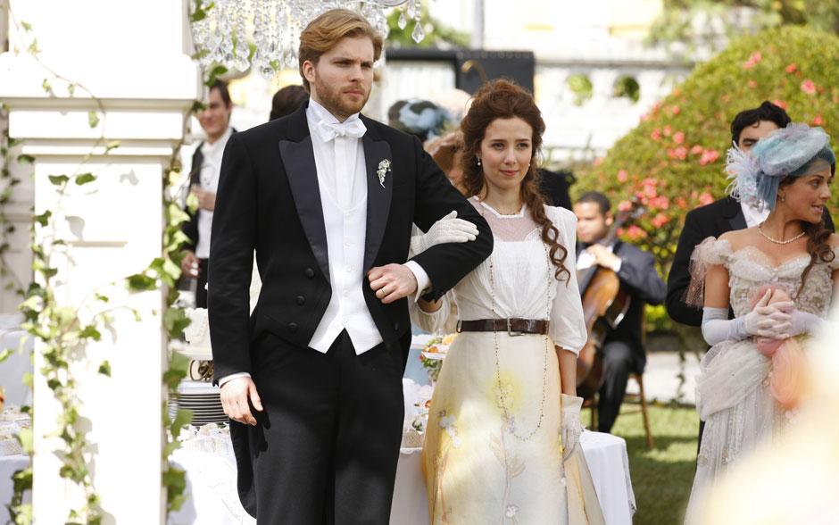 No casamento, Laura tirou o vestido de noiva e vestiu saia e blusa com cinto de couro pesado