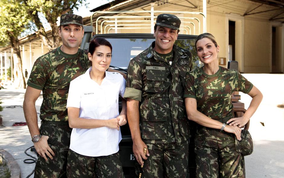 Leonardo Carvalho, Fernanda Paes Leme, Rodrigo Lombardi e Flávia Alessandra fazem pose durante as gravações da novela no regimento
