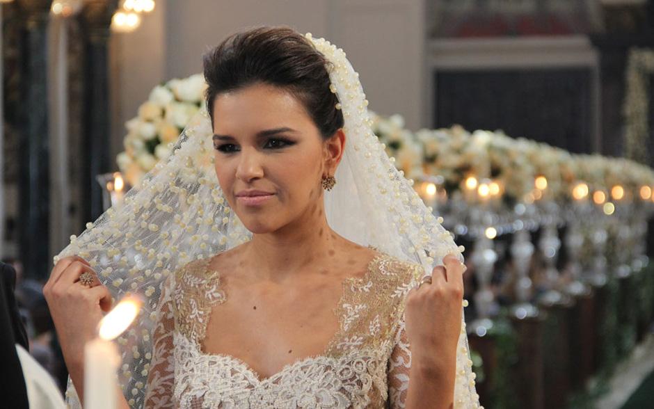 Nem o peso do véu tira o ar de leveza da atriz, que arrasou vestida de noiva