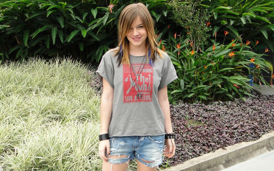 Lia combina as t-shirts cheias de estilo com shortinhos detonados. E olha que banda de rock legal: The Who!