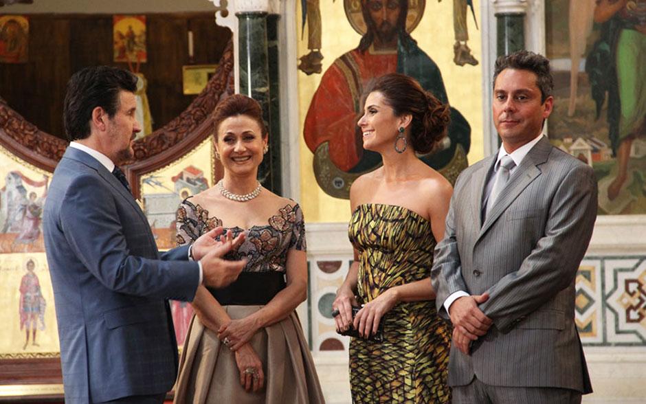 Os pais da noiva, Helô e Stenio, recebem os comprimentos de Mustafa e Berna