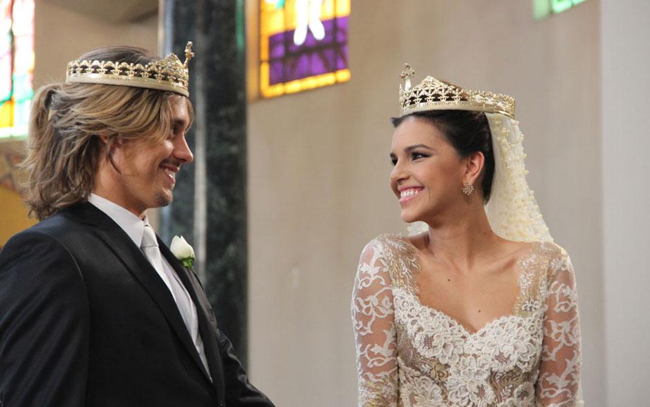 Olha a alegria da noiva! Drika é só sorrisos durante a cerimônia