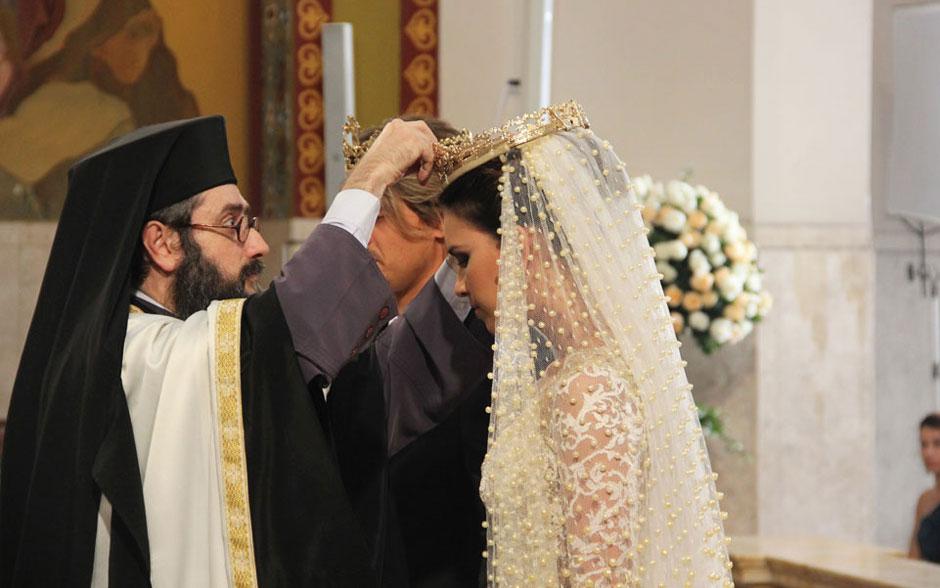 Seguindo à tradição ortodoxa, a noiva recebe a coroa